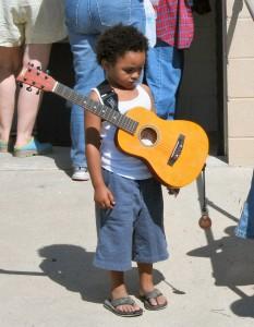 enfant apprendre guitare