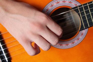 Technique de jeu pour la main droite à la guitare