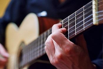 bien choisir sa guitare folk