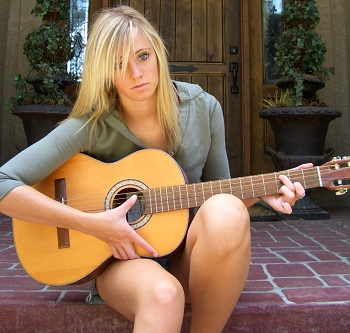 bien tenir sa guitare debout et assis