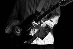 bien tenir sa guitare debout
