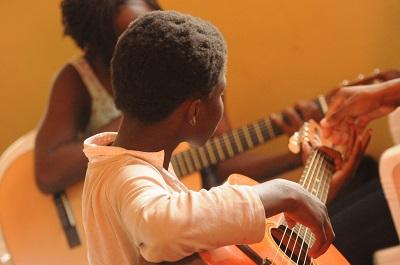 Jouer l'accord de Fa en guitare